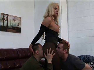blonde Shemale dominiert zwei Jungs