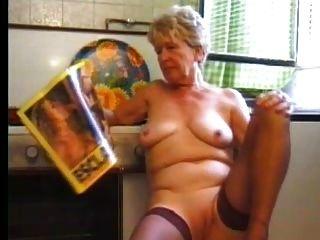 Oma in Strümpfen spielt in der Küche