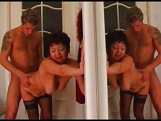 Oma nimmt den Jungen nach Hause