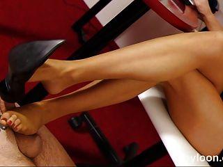 Nylon pantyhosed Sekretärin gibt shoejob und foot