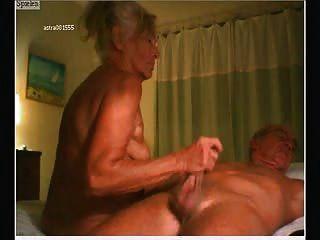 älteres Ehepaar vor der Webcam