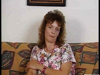 schüchterne Frau Streifen und saugt!