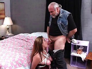 sexy, dicke Brünette wird von einem älteren Kerl auf dem Bett gefesselt und gefickt