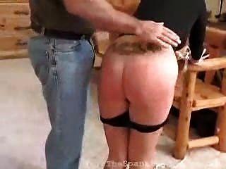 blonde Bengel für ihren Ungehorsam erhält Prügel