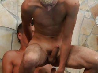 Junge nimmt nackten Fahrten und cum