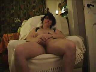 reifen monica masturbiert mit Glasdildo und cums