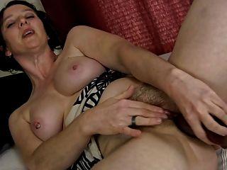 pervertieren haarigen MILF und ihrem Dildo (Masturbation)
