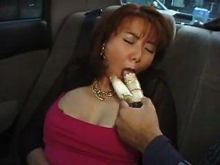 Schönheit behaarten asiatischen Milf mit Vibrator im Auto eingedrungen