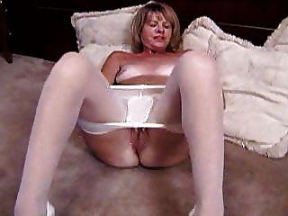 blonde reife masturbiert in weißen Strumpfhosen