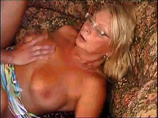 junge fit Jungen großen Schwanz fickt Oma auf dem Sofa
