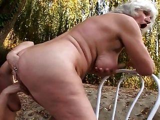 Lesben Omas Ficken im Freien
