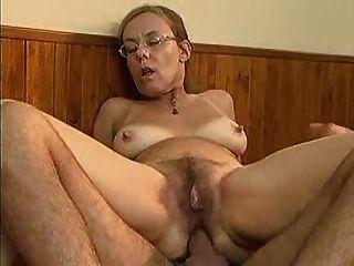 besorgt aussehende Oma nimmt es in den Arsch