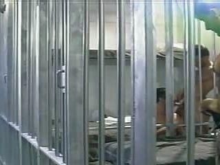inhaftierten Mann wird von zwei seiner Insassen, in einer Gefängniszelle gefickt.