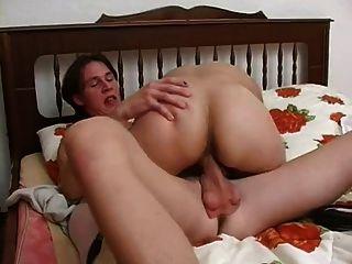 Junge hat Sex mit älteren Dame