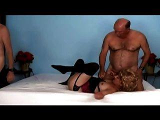 alte Männer und eine Frau ficken