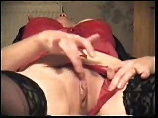 Amateur Brünette reife Milf ihre feuchte Vagina auf dem Bett masturbiert