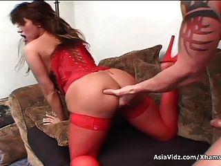 riesige Titted asiatische pornstar in heißen roten Dessous saugen und ficken