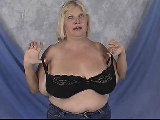 bbw-Oma mit riesigen Titten - posiert