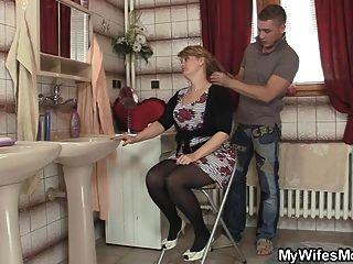 kluger Mann schlägt seine Schwiegermutter
