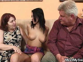 böse Mädchen mit ihrem bf alten Eltern verdammt