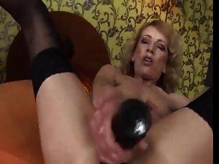 Oma masturbiert wird dann durch eine heiße Brünette GEFISTET