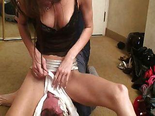 sexy Herrin 2 ihren Sklaven Facesitting