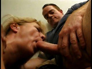 schöne blonde Oma genießt fucking und einen steifen Schwanz zu saugen