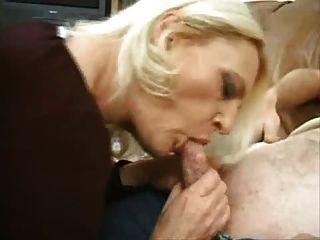 fällige blonde Schlampe nimmt auf 2 Männer