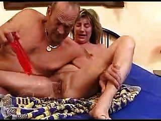 verworrene älteres Paar genießen Sie das Bett 2