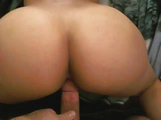 zeigt ihren Arsch, dann gefickt von hinten