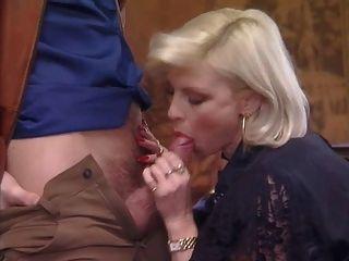 posh durchstochen Oma in Strümpfen fickt