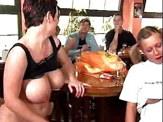 Deutsch Orgie in der Bar mit vielen Pussy Stampfen