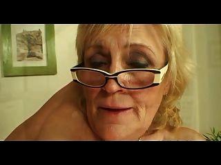 schlaffe titted Oma in den Gläsern und Strümpfe fickt mehr