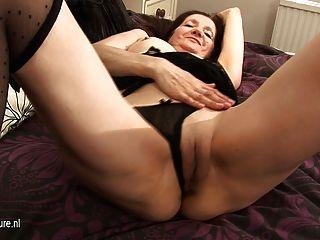 geile Amateur Hausfrau mit ihrem nassen Pussy spielen