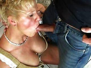 blond Mutter genießt Bier und cum