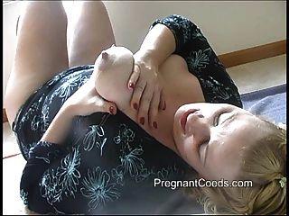 säugenden Mutter Spritzen Milch von ihrer großen Brüste