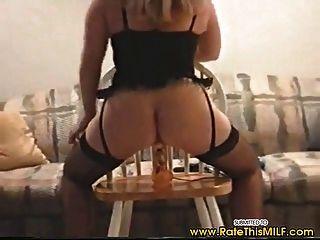 Amateur Milf in sexy Dessous geht auf Dildo auf und ab