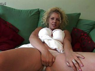 big titted britische Mutter zeigt off große Rack und