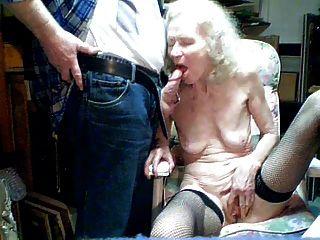 alte Oma 70 Jahre saugen von Enkel