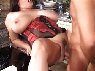 große Brüste in der Küche