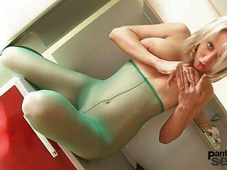 Mendy hat große Titten und liebt Nylons und sie masturbierte in t