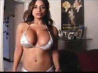 angela devi - verworren im Bikini