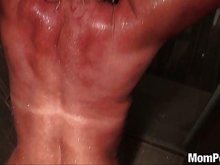 vollbusige Puma gefickt in der Dusche