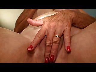Oma mit schönen Titten masturbiert ihr Loch