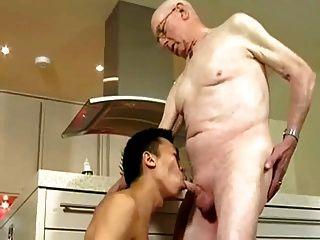 Opa und junger Mann