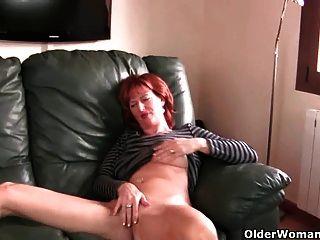 rothaarigen reife Mutter spielt mit ihren Brustwarzen und Pussy