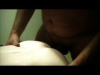 Mann bekommt seinen Arsch zum ersten Mal gefickt