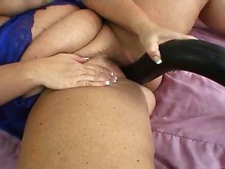 blonde Mutter mit echten großen Titten spielt mit riesigen Spielzeug