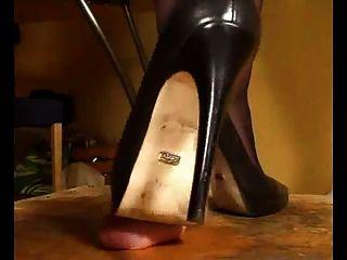 schwarz High Heel Pumps melkt seinen Schwanz