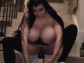 teddi barrett großen Boob im schwarzen Kleid auf Treppen